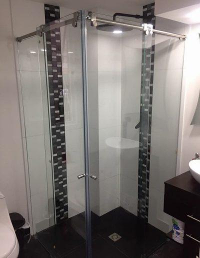 Divisioner para baño en vidrio templado aluminio y acero inoxidable en bogota - Globalservicios
